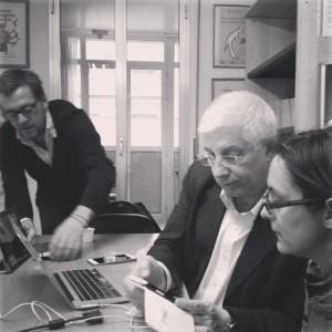 Michele Vianello al lavoro, tra smartphone, tablet e pc.