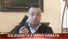 Leghista Buonanno in diretta tv con pistola (scarica)